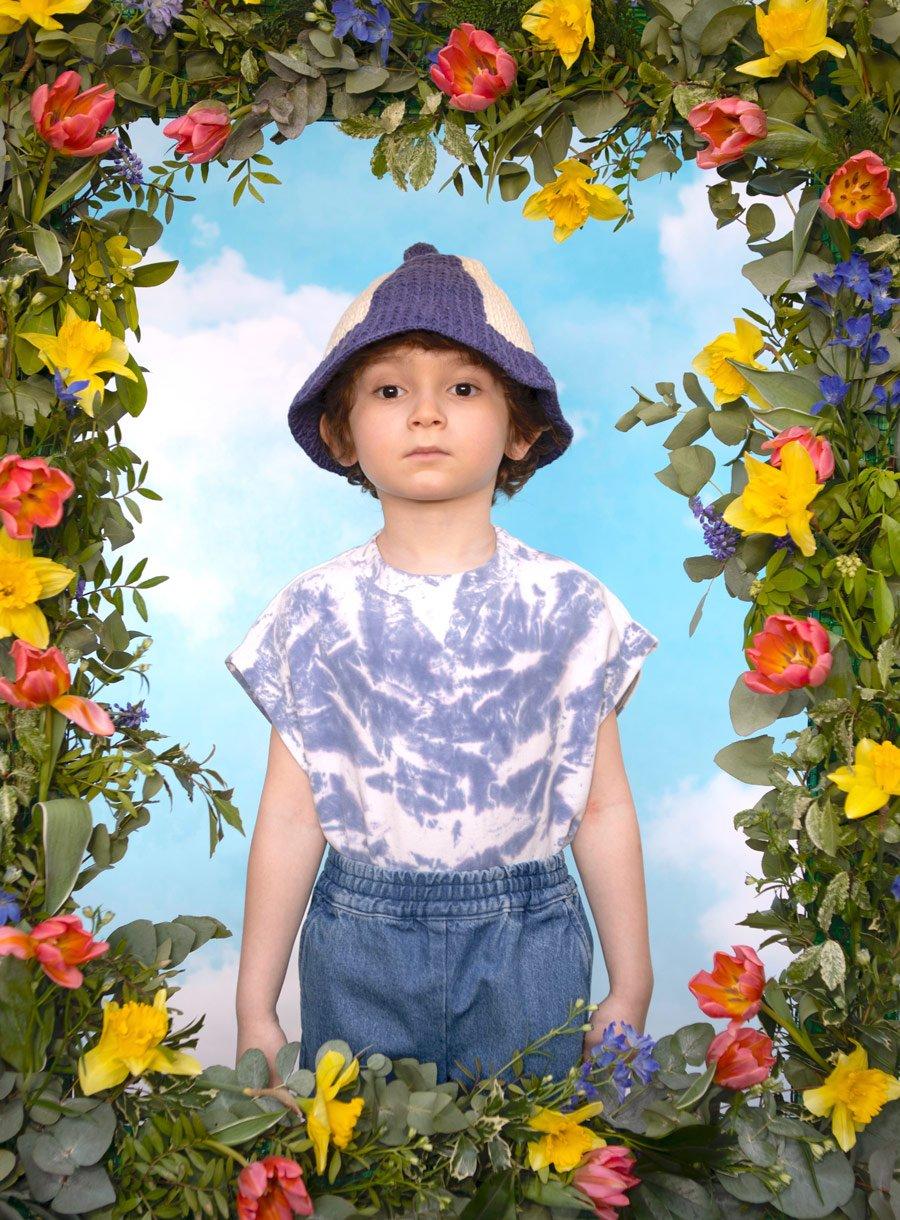 Monsieur Hulot lässt grüßen: Jason trägt einen Hut von MISHA & PUFF, Shirt WYNKEN, Shorts HUNDRED PIECES