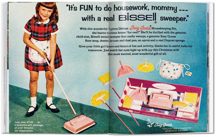 """Früh übt sich! Spielsachen wie das """"Susy Goose"""" Housekeeping Set von 1965 sollten ganz subtil den Lebensentwurf vorzeichnen © TASCHEN"""