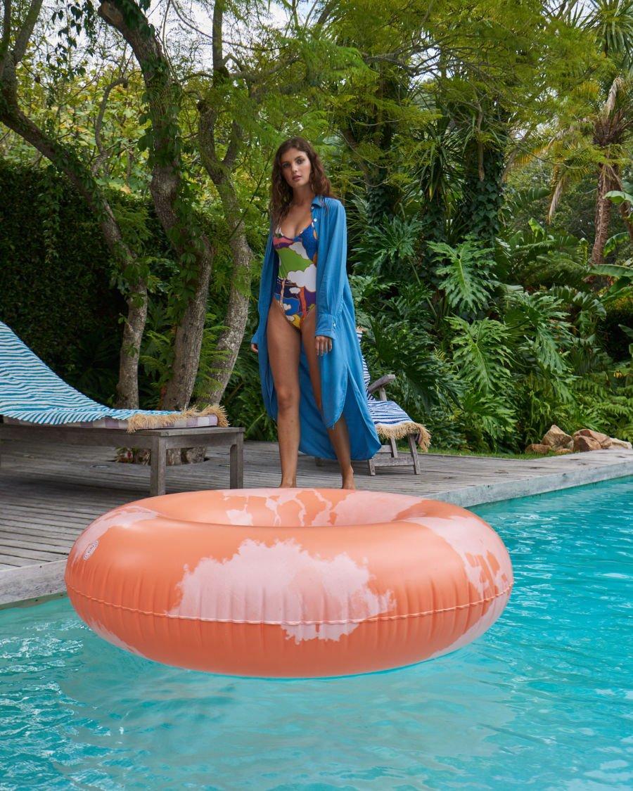 Shibori am Pool: Mit dem GOA-Schwimmreifen will uns Marie Le Tallec an den Strand von Palolem beamen