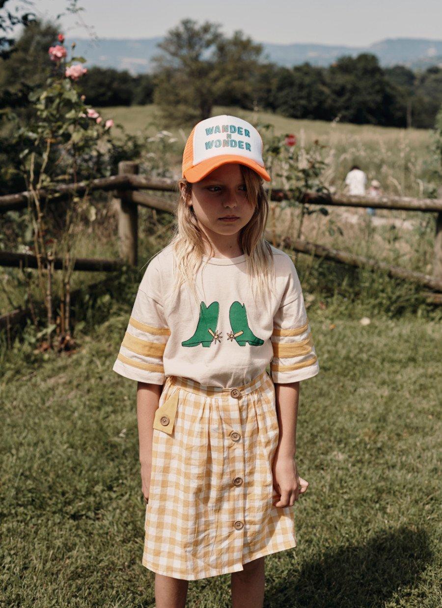 Land of the free-style: Bei WANDER & WONDER treffen Farmgirl-Checks auf Trucker-Cap und Baseball-Tee