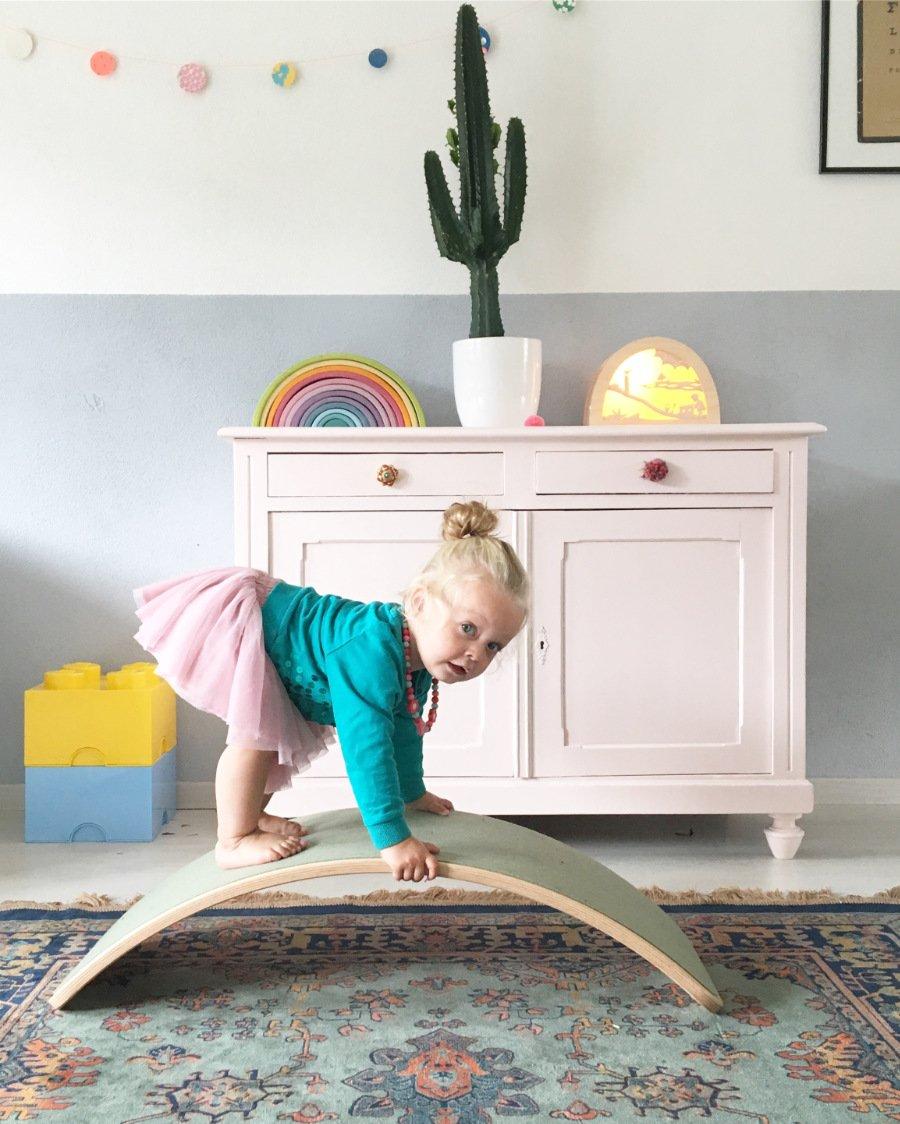 Mehr als nur eine Modeerscheinung: Spielgeräte für Kinder wie der WOBBEL fördern den Gleichgewichtssinn und stärken die Muskulatur