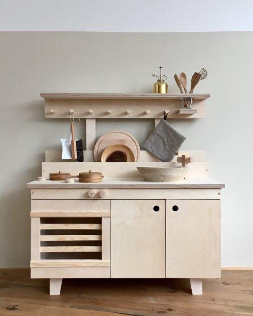 Spielküchen aus Holz treffen den Zeitgeist: die Umi-Kinderküche von Woodchuck