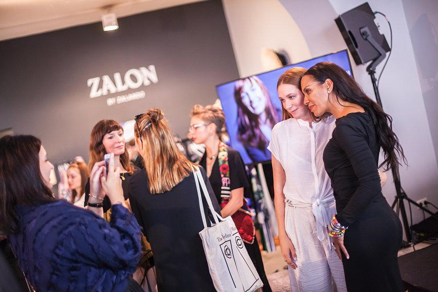 """Posen fürs Erinnerungsfoto – Stylistin Romina Mann und Stargast Barbara Becker nach dem Stil Talk im """"Mode Zalon"""""""
