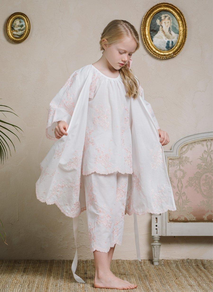 Schlafanzüge für Kinder, diese Bezeichnung ist angesichts dieser edel bestickten Robe von AMIKI fast untertrieben