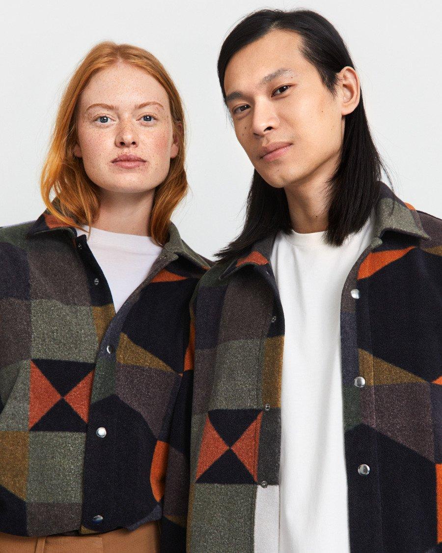 """Das Männerhemd ist ein Key Piece der limiterten """"COLOURS""""-Kollektion, welche die Kunst in der Mode feiert"""
