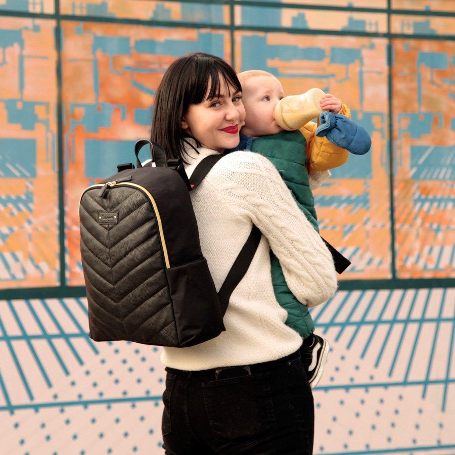 Incognito unterwegs: Der elegante vegane Gabby Backpack ist das Geheimversteck für Windeln, Wipes und Wickelunterlage