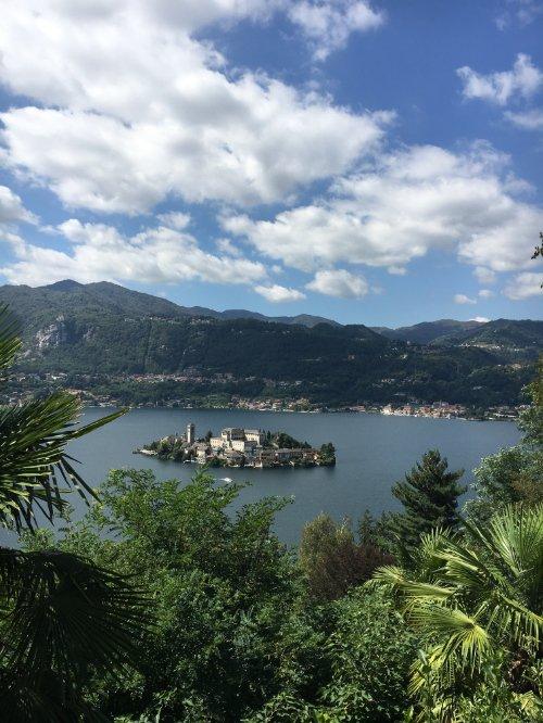 Traumhafter Blick: die Isola San Giulio gesehen vom Sacro Monte d'Orta