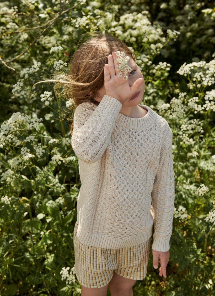 Das kindliche Pendant zum Strickspencer: ein Unisex-Pullover von FUB im klassischen Aran-Muster