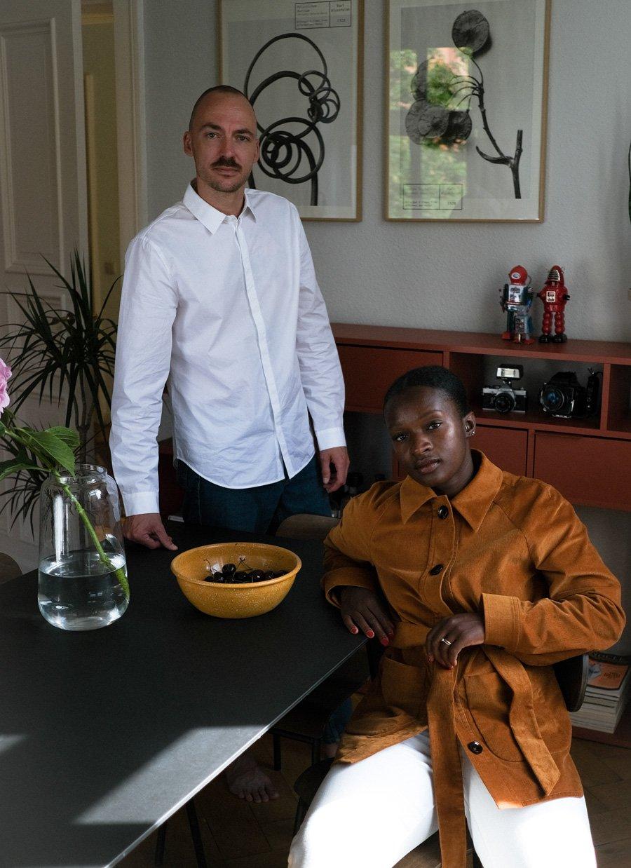 Back to Basics: Charlène trägt einen Blazer aus Feincord, ihr Mann Lorenzo ein Hemd aus der IVY & OAK Unisex-Linie