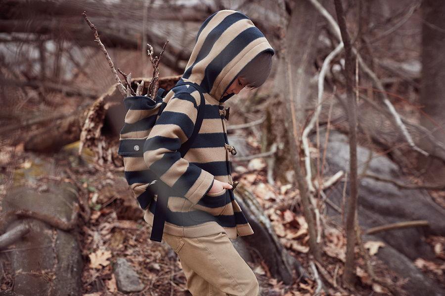 Der Dufflecoat – neu interpretiert mit blockigen Streifen. Dazu gibt es den passenden Rucksack