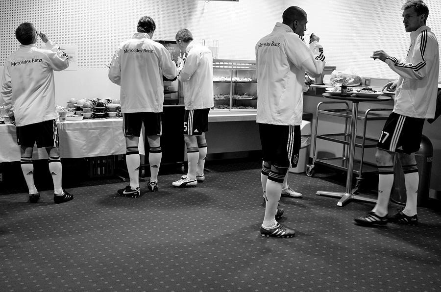 Nationalmannschaft: Nach den Strapazen des Spiels muss der Energiehaushalt wieder schnell aufgefrischt werden! Foto © Michael Agel