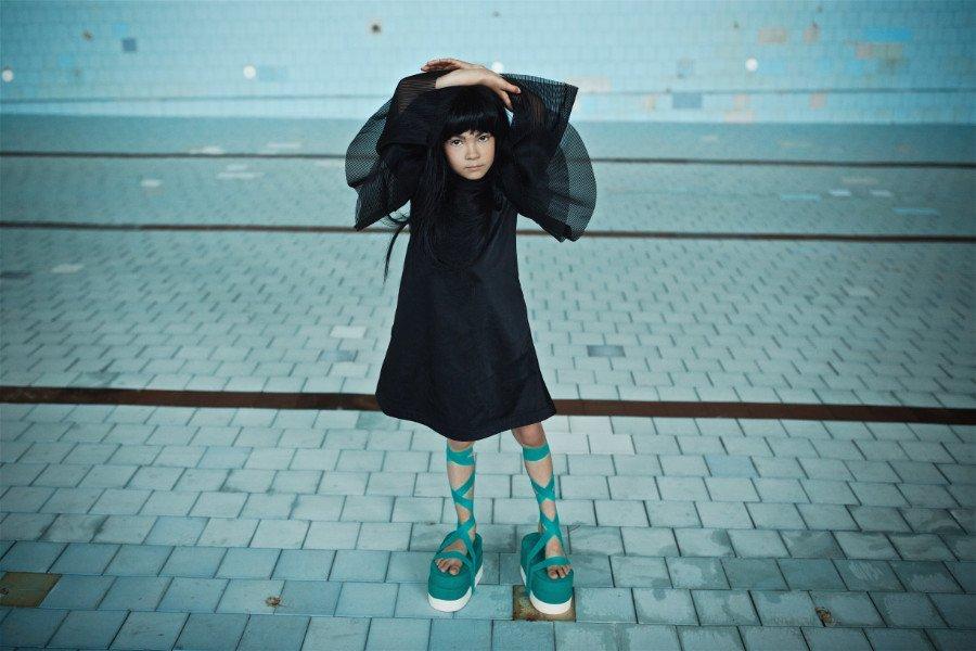 Traumhaft: Im Black Ballerina Dress von Mummymoon den schwarzen Schwan tanzen und das in einem leeren Schwimmbecken