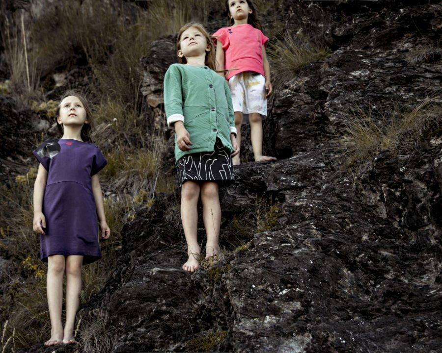 Abstrakte, grafische Muster und starke Farbkontraste charakterisieren die nachhaltige Kindermode von Where is Marlo