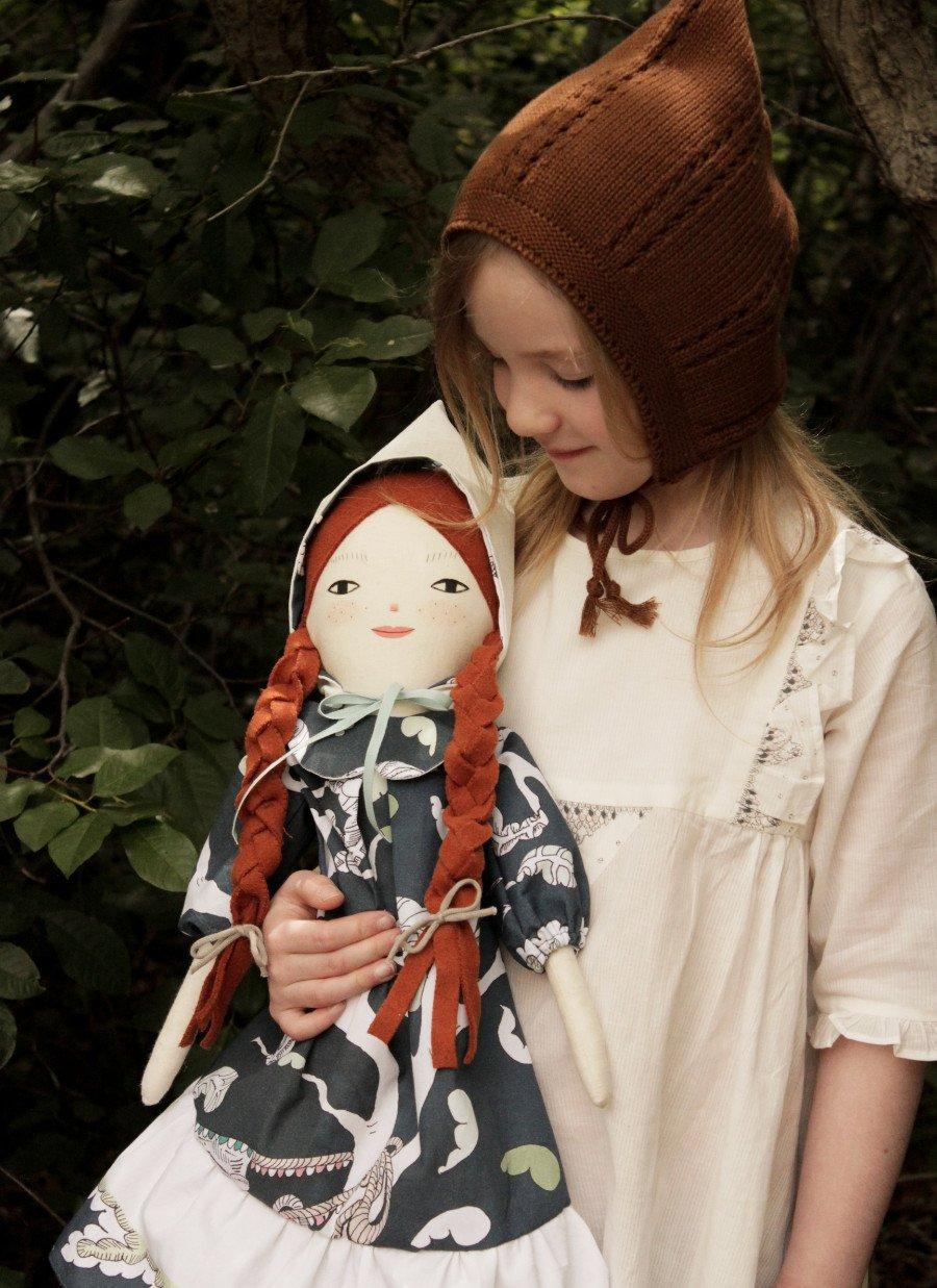 Puppen-Unikat! Die Puppe von Merrilee Liddiard hat ein handbemaltes Gesicht und trägt ein stolzes FORIVOR-Dress