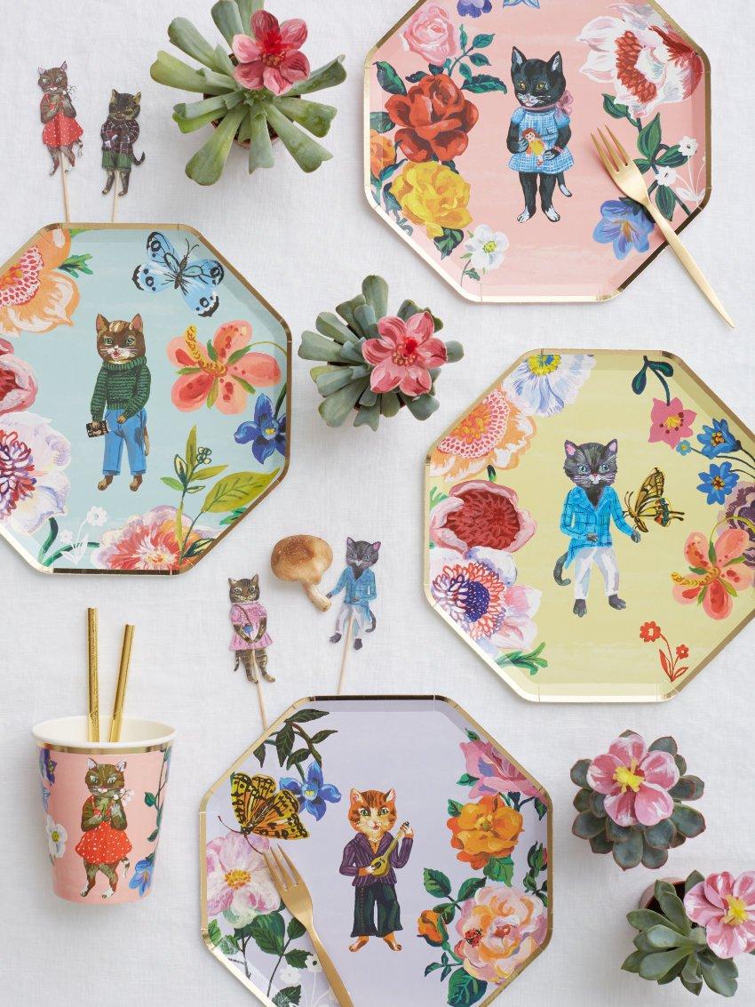 Die fabelhafte Welt der Nathalie! Létés Katzen, Schmetterlinge und florale Schönheiten werden von einem edlen Goldrand eingerahmt