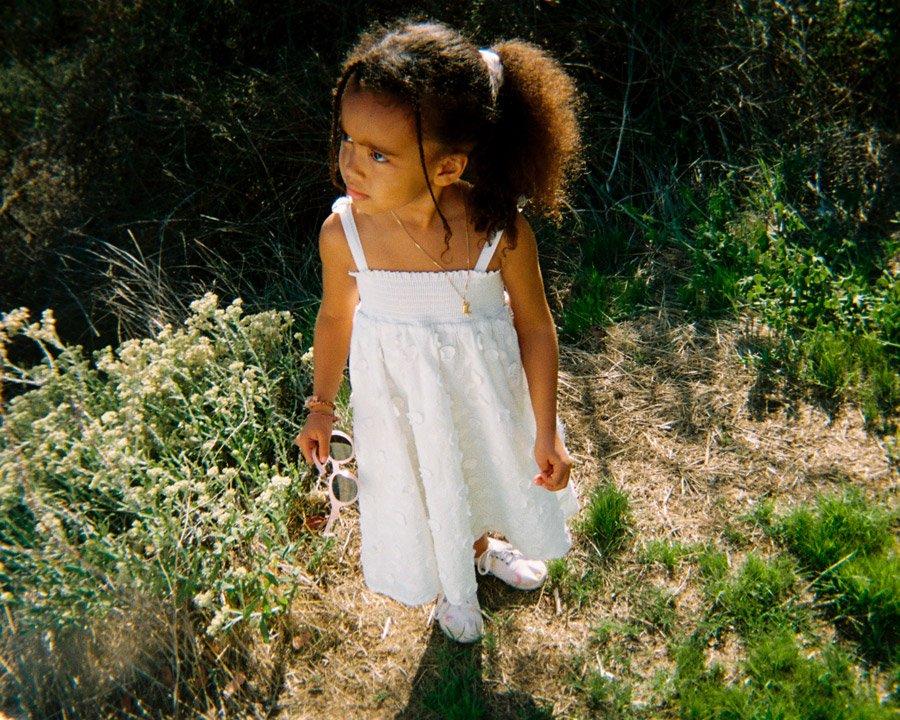Das Trägerkleid mit Blumenstickerei, eines unserer Favoriten aus der ersten Kids-Kollektion von & OTHER STORIES