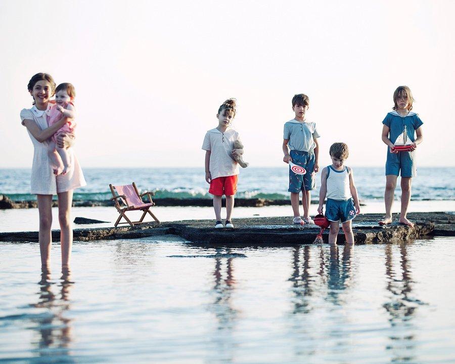 Anmutige Ferienlooks im charakteristischen Neo-Vintage-Stil: Der Marine Trend aus der Sicht des Athener Labels POUPÉE