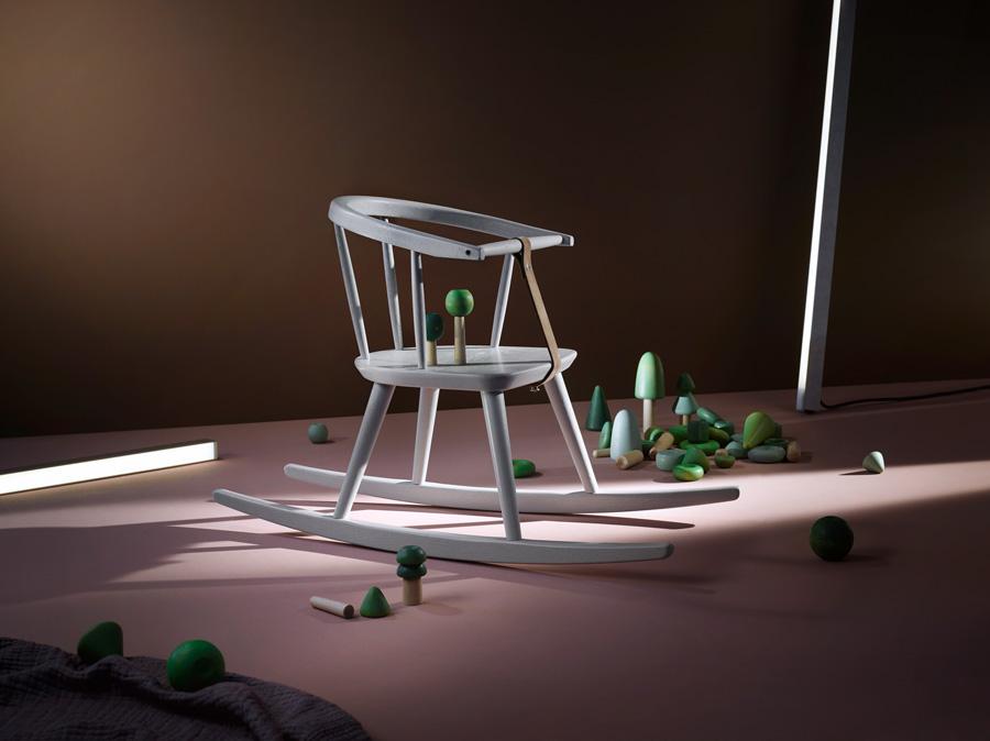 Das Möbelkonzept SIB umfasst auch einen Schaukelstuhl. Mit dem Bauspielsystem TRE kann man wunderbar kreativ sein ...