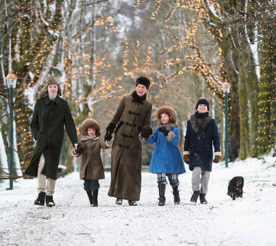 Weihnachtlich unterwegs: Prinzessin Elisabeth mit vier ihrer fünf Kinder © Franz Neumayer, Salzburg