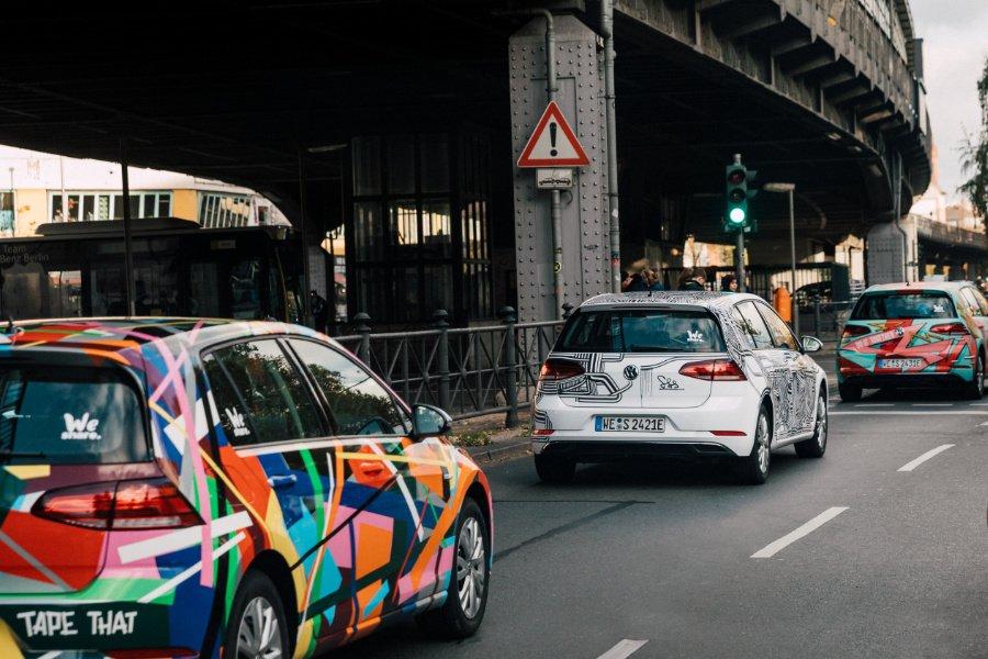 """Showstopper auf der Schönhauser: WeShare setzt mit seiner """"Art Car""""-Kolonne nicht nur ein ökologisches Statement"""