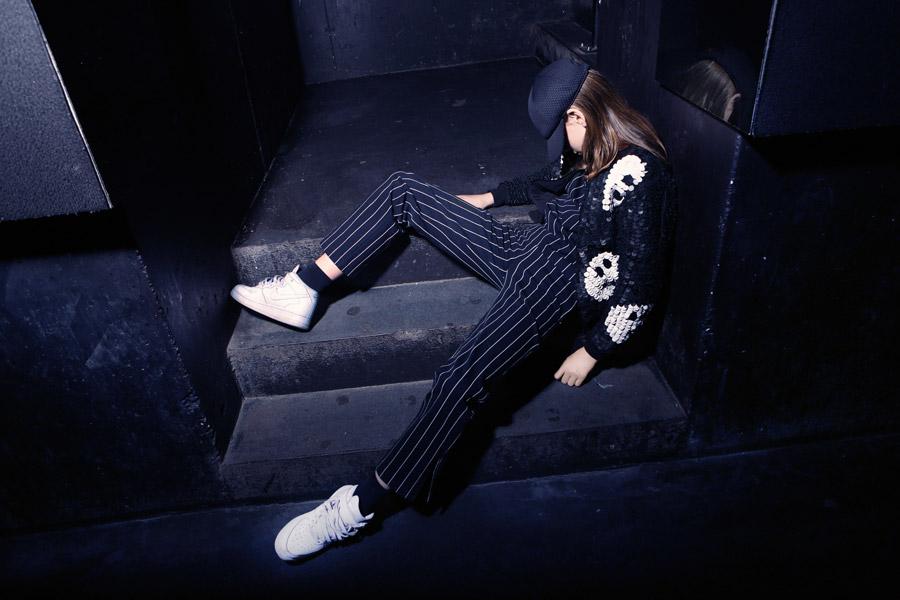 05s-kind-auf-treppe