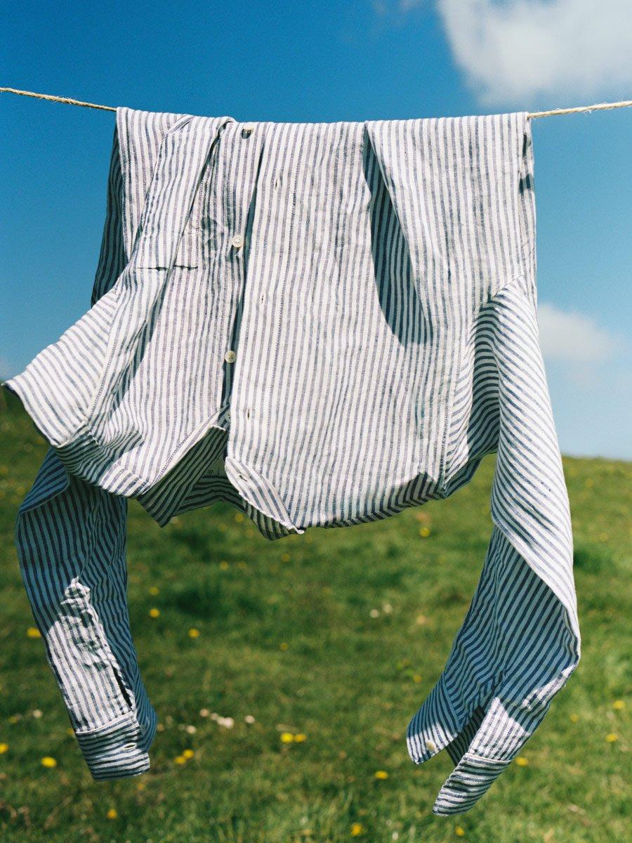 Nordische Nostalgie frisch interpretiert: Das Damenhemd aus Leinen erinnert an die schwedischen Bauernhemden