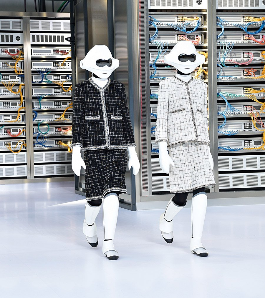 Das Chanelkostüm ist zeitlos und so wird es in einer unbekannten Zukunft auch von Robotern gerne getragen! © Prestel Verlag