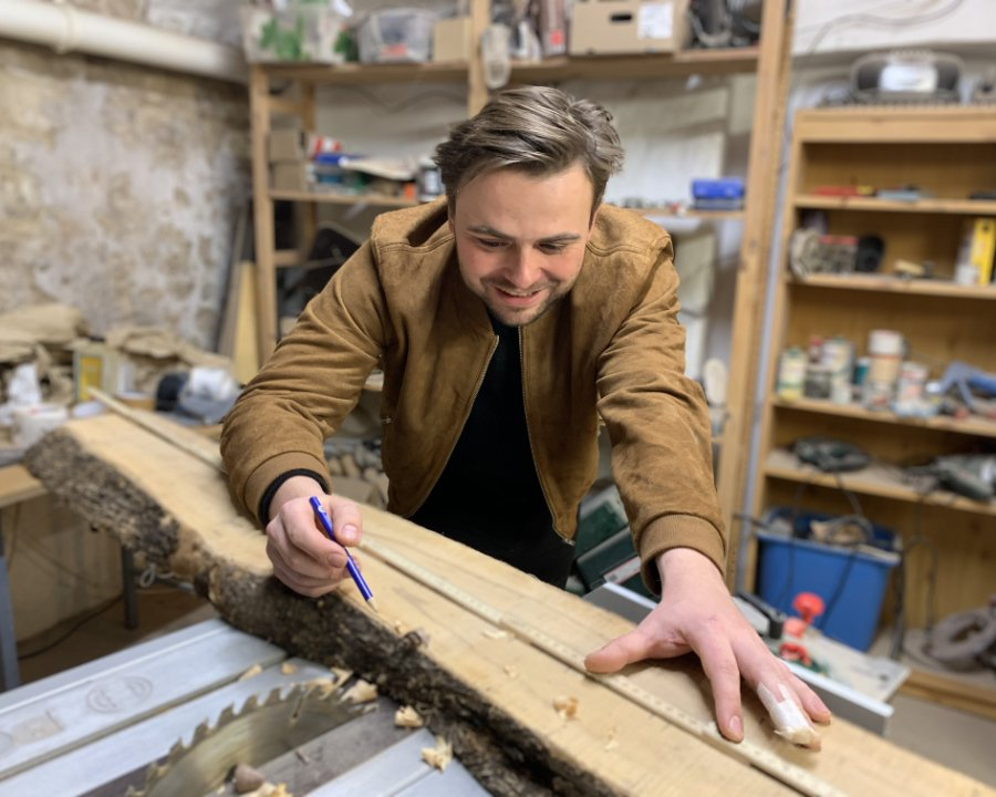 Ob hier ein neuer Spielbogen entsteht? FEELWOOD-Gründer Bertram Maxim Gärtner in seiner Werkstatt