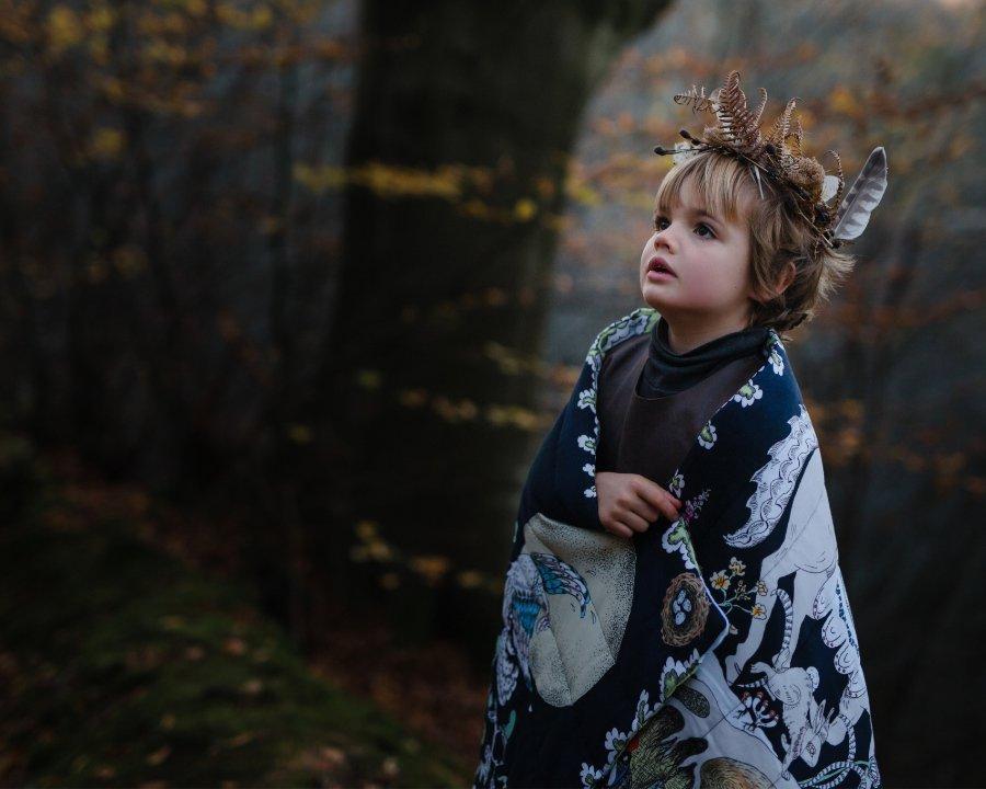 """Einkuscheln in die trostspendende Fantasie: Wendedecke aus der """"Enchanted Forest"""" Kollektion von FORIVOR. Foto © Loopy Gibbens"""