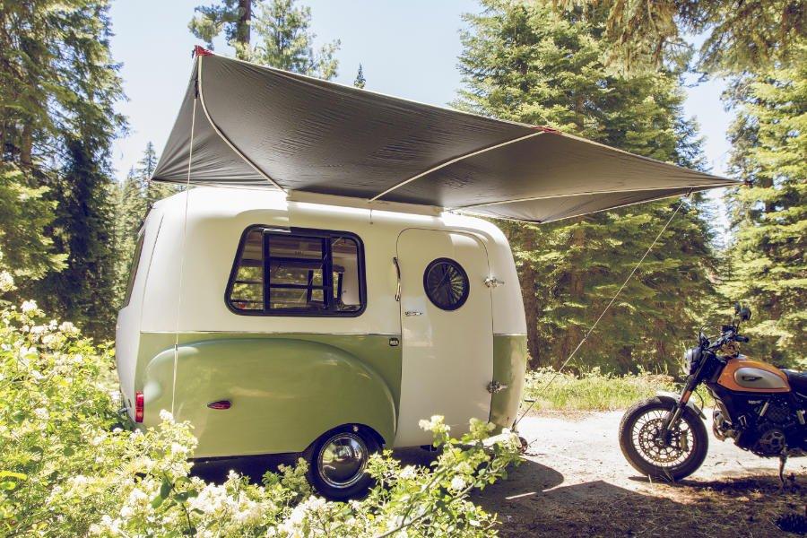 Von wegen piefig! Der Caravan HC1 erinnert stark an die 50er Jahre, ist aber sehr modern ausgestattet © Happier Camper