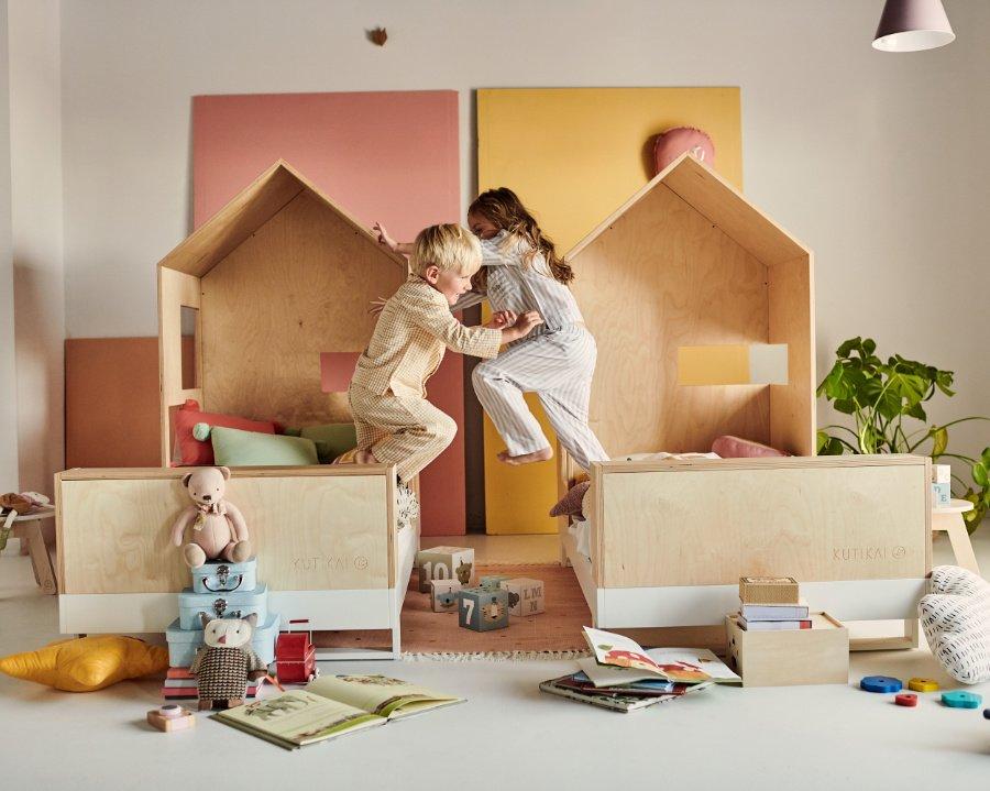 """Und jetzt noch ein Betthupferl! Wer leidenschaftlich springt und schlummert, ist im Kinderbett """"Roof"""" von KUTIKAI bestens aufgehoben"""