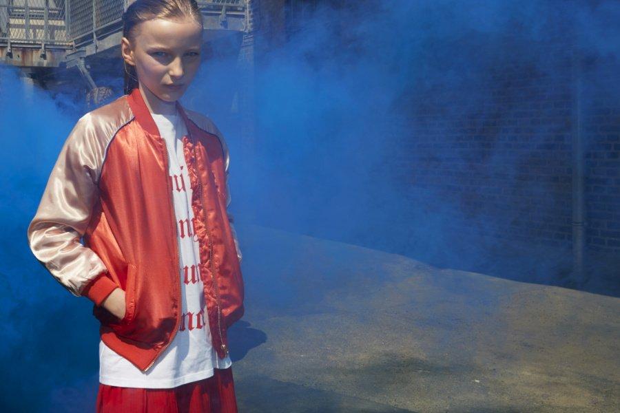 """Darf's ein bisschen Hip Hop sein? Ein absolutes Highlight der neuen Soft Gallery-Kollektion ist die Satin-Bomberjacke mit """"Girl Power""""-Stickerei auf dem Rücken"""