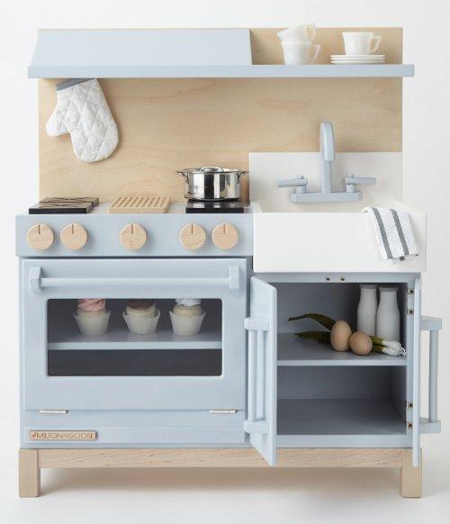 Ein Traum in Pastell: die Classic Play Kitchen von Milton & Goose bringt amerikanisches Wohnflair ins Kinderzimmer.