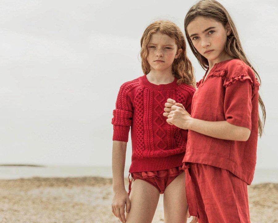 Looks für den Frühling 2019: Cable Knit und Leinen, in wärmendem Mohnrot © Pilar Hormaechea