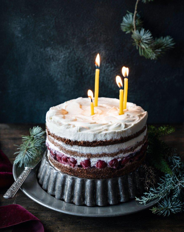 Schwarzwälder Kirsch mal nicht wie auf Omas Kaffeetafel, sondern als angesagter Naked Cake mit windschiefen Kerzen