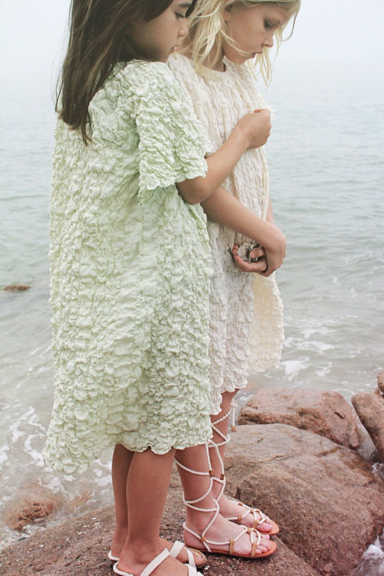 Asiatisch anmutende Avantgarde Mode mit einem Hang zu bequemen Oversize-Schnitten