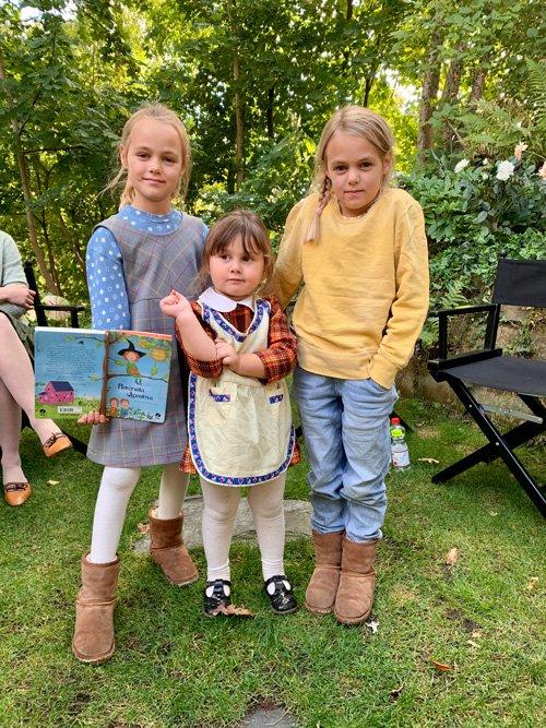 Alma aka Dorli mit Filmcousine Friederike und Smilla in der Drehpause. Foto © Nicolle Löhr