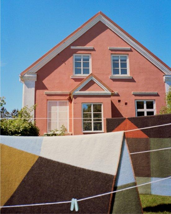 Kunst in der Mode und im Haus: Vor Karl-Gustavs Atelier wehen die Wolldecken aus der COLOURS-Kollektion