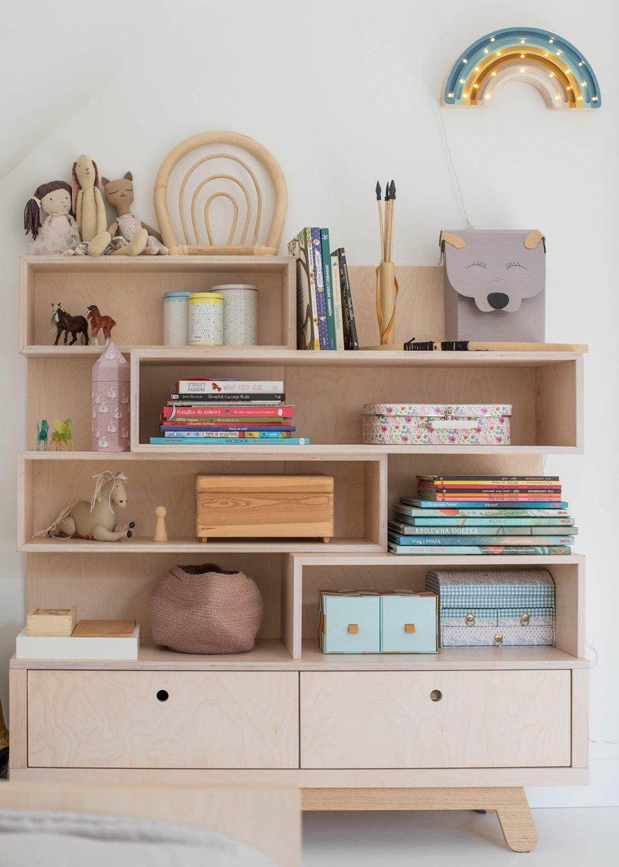 Ein Bücherregal für Lesestoff und Sammler-Ausbeute. Man beachte den Regenbogen einmal aus Bambus, einmal als Lampe
