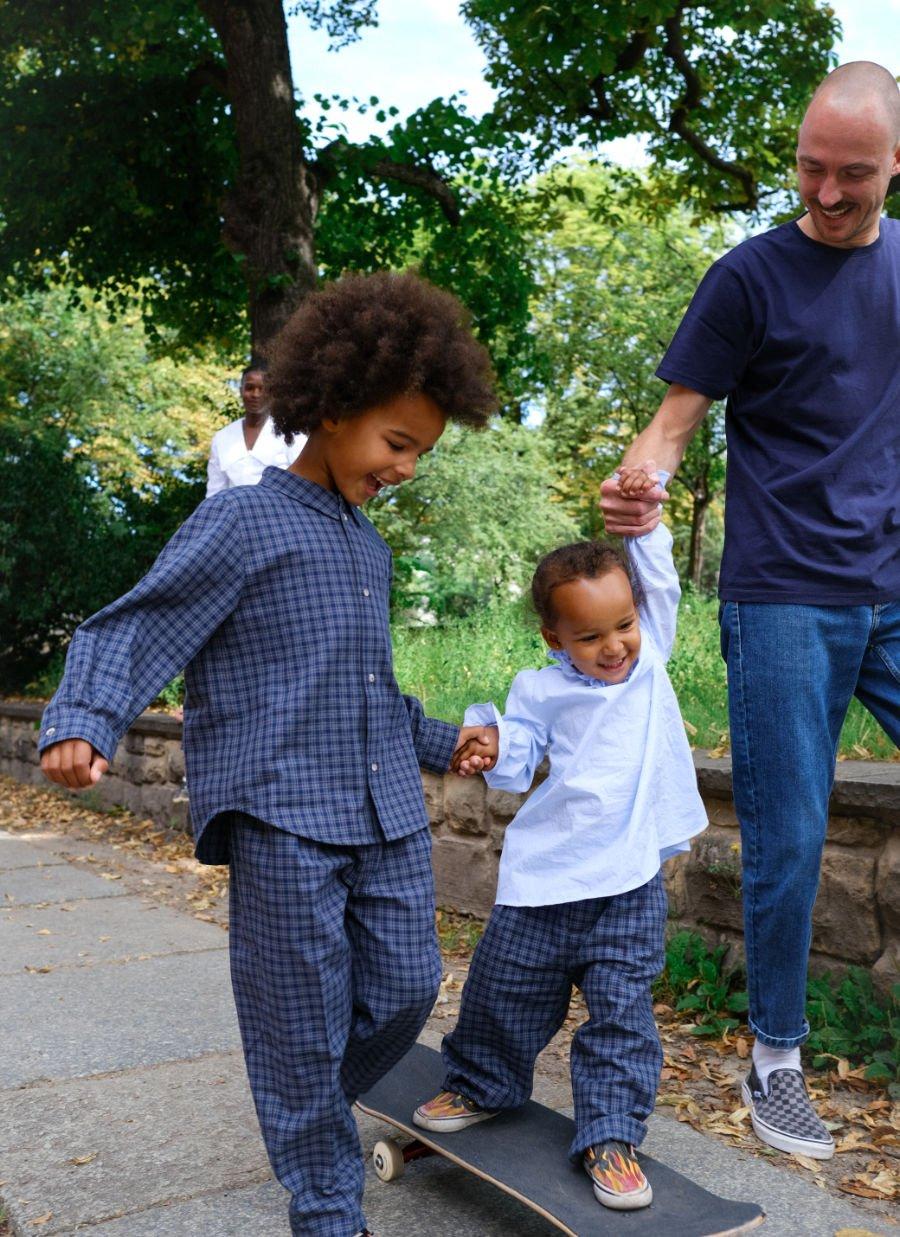 Fairspielt: Sohn Leone in einem Unisex-Ensemble aus der neuen IVY & OAK-Linie für nachhaltige Kinderkleidung