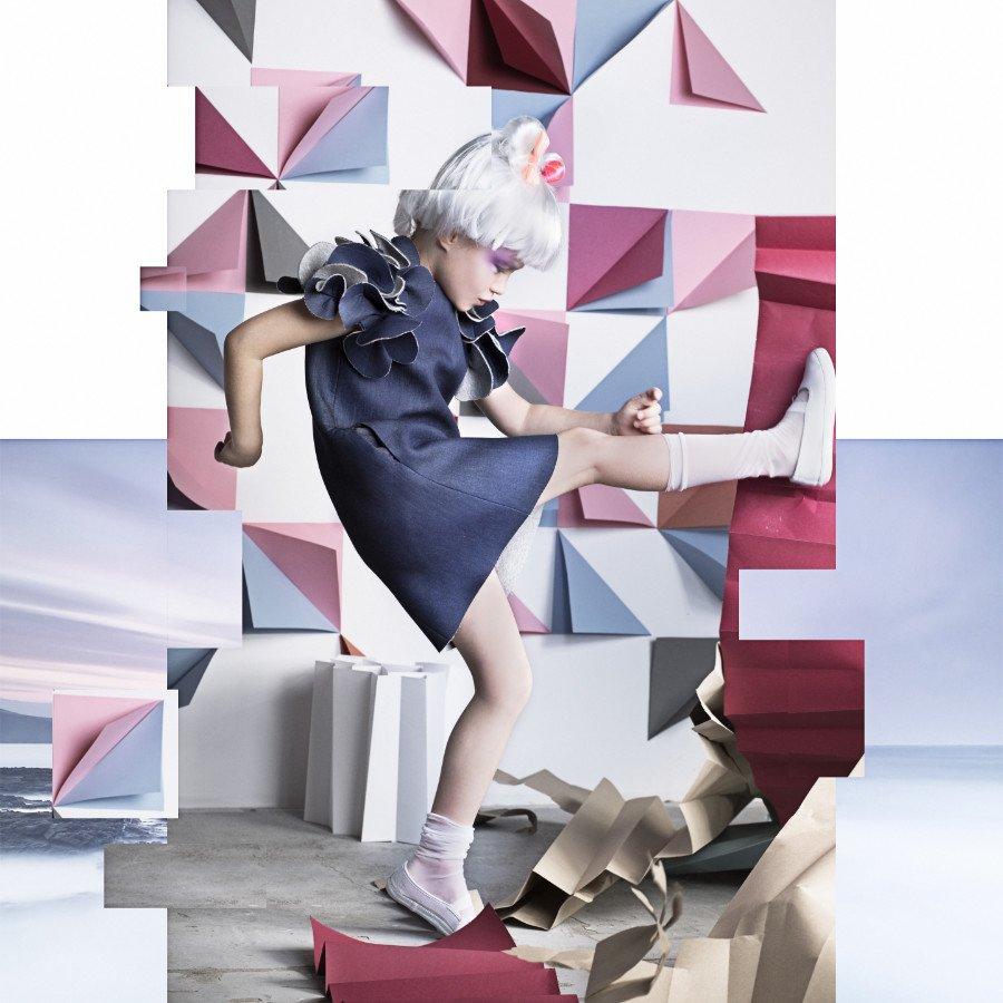 Das Junomi Kleid aus Denim fängt die Romantik und die Coolness ein, die das Label Nikolia mit seiner Kollektion transportieren will