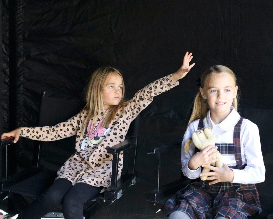Alma und Smilla ganz entspannt auf ihren Regiestühlen während einer Drehpause am Set von Ku'damm 63. Foto © Sabin Tambrea