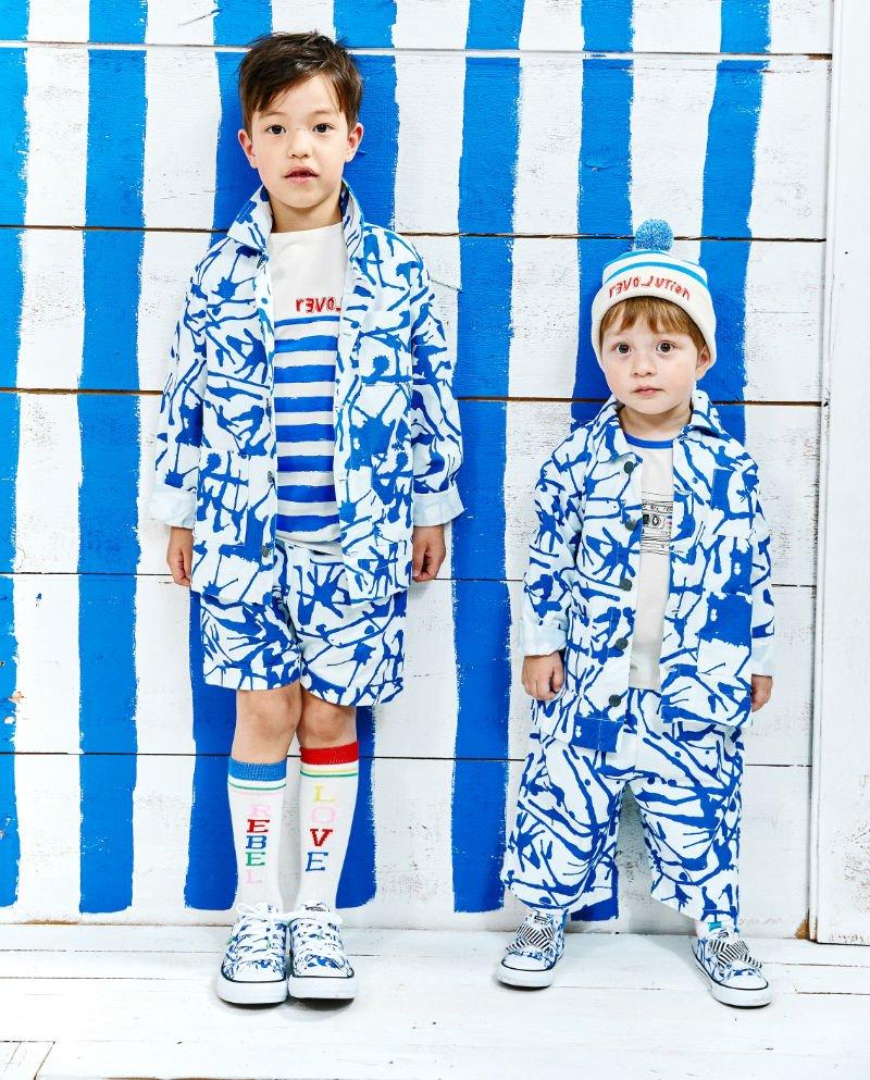 Matching Style! Wie einem echten Pollock entsprungen: Kleine Rebellen tragen den Blue Ink All-Over-Look. Image © Paul Rossaint