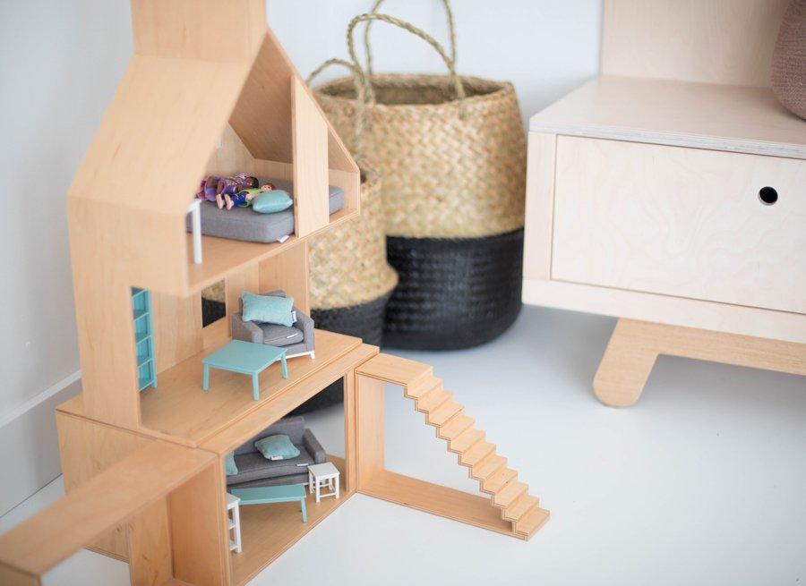 Das modulare Puppenhaus von BOOMINI aus hellem Sperrholz harmoniert mit dem übrigen Mobiliar