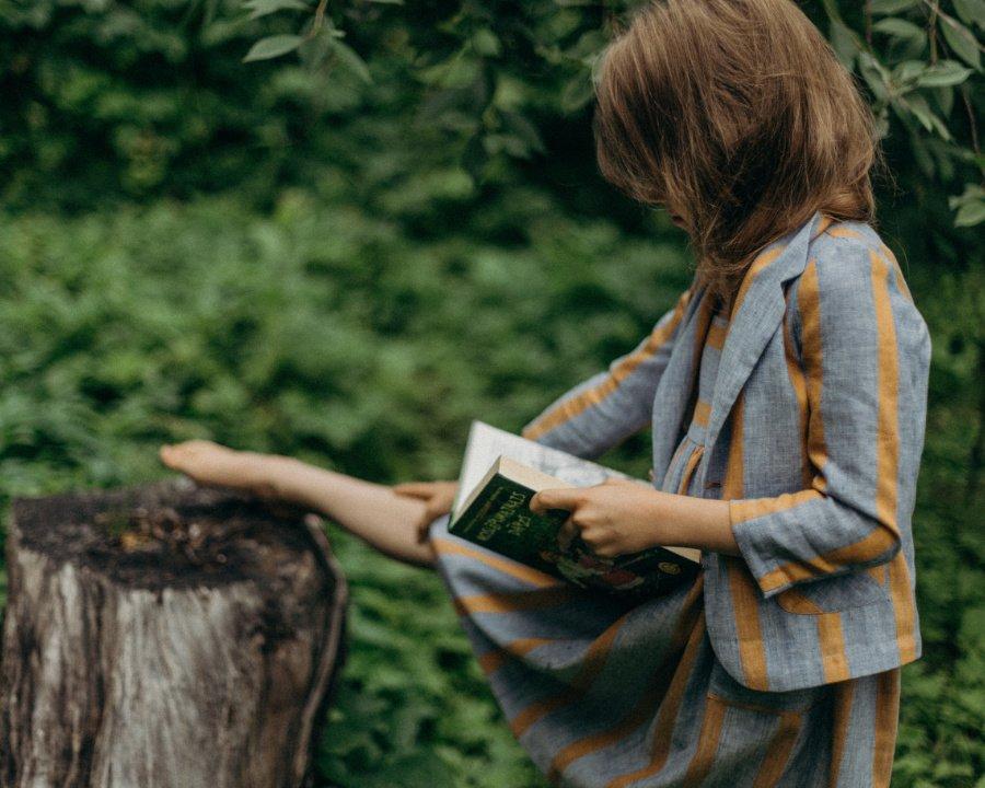 Lesestunde auf Lettisch: Für ihre nachhaltige Kleidung verarbeitet Linda Raituma gern heimische Textilien, wie Leinen