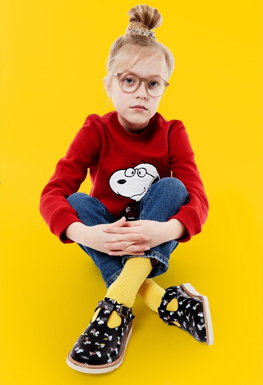 Ehrensache: Die klassischen Rosie T-Bars von YOUNG SOLES bekommen von den PEANUTS ein Makeover verpasst