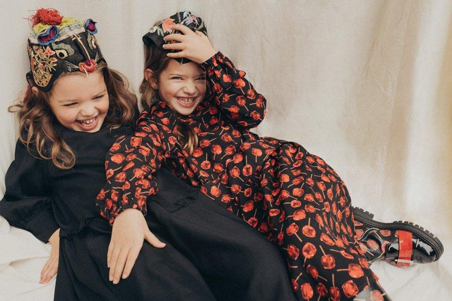 Lazing on a Sunday afternoon: Isabel und Cloe faulenzen in Kleidern von N°21 KIDS, Boots N°21 KIDS