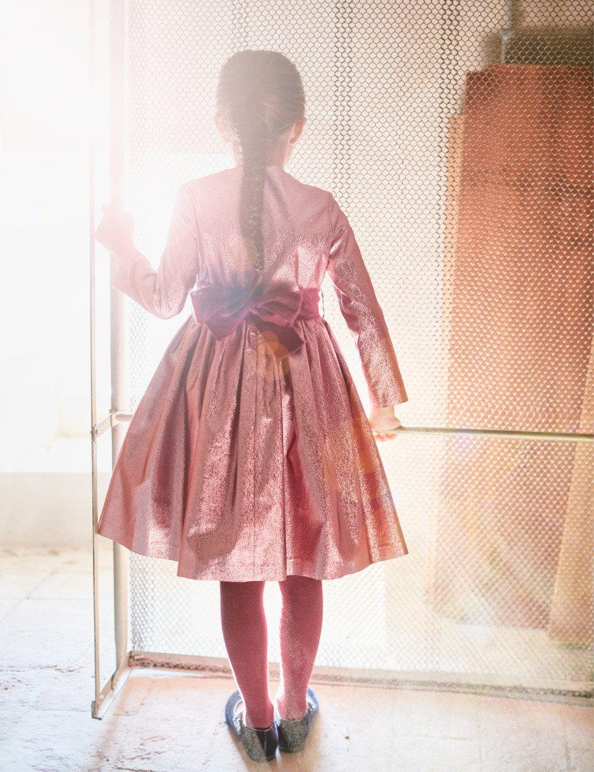 Prickelt wie Champagner ... Das Lamé-Kleid von IL GUFO kleidet Geburtstagskinder und Blumenmädchen im Winter