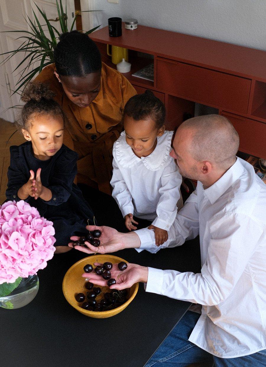 Family Meeting in den neuen Herbst-Styles von IVY & OAK. Man beachte die strahlend weiße Kinderbluse mit Rüschenkragen