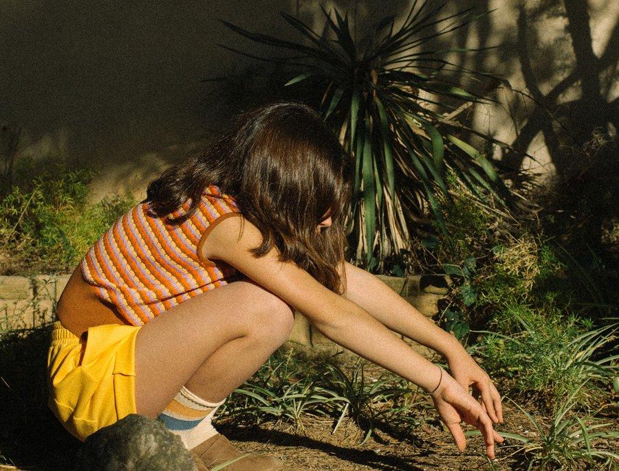 Bewusste Mode im Retro-Look: der Strickspencer von REPOSE AMS lässt sich auch gut über einer Sommerbluse tragen
